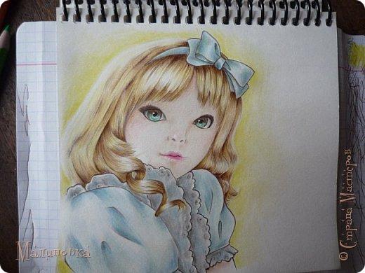 Добрый вечер!  Сегодня я покажу вам, как нарисовать Алису из сказки Льюиса Кэрролла. Нам нужны: простой карандаш, ластик, цветные карандаши (у меня 24 цвета), коричневая, черная и зеленая ручки, белый линер (белая ручка). Ну и, естественно, бумага, на которой вы будете рисовать... фото 68