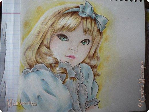 Добрый вечер!  Сегодня я покажу вам, как нарисовать Алису из сказки Льюиса Кэрролла. Нам нужны: простой карандаш, ластик, цветные карандаши (у меня 24 цвета), коричневая, черная и зеленая ручки, белый линер (белая ручка). Ну и, естественно, бумага, на которой вы будете рисовать... фото 69