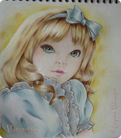 Добрый вечер!  Сегодня я покажу вам, как нарисовать Алису из сказки Льюиса Кэрролла. Нам нужны: простой карандаш, ластик, цветные карандаши (у меня 24 цвета), коричневая, черная и зеленая ручки, белый линер (белая ручка). Ну и, естественно, бумага, на которой вы будете рисовать... фото 70