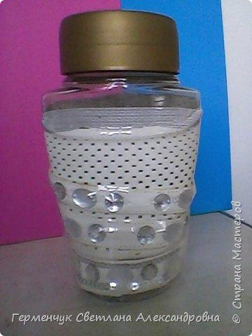 Ранее я  ламинировала  баночку  пластиковой  бутылкой.Смотрите МК  http://stranamasterov.ru/node/1100353 А теперь решила  использовать   искусственную  кожу.Вот что вышло. .Это  при  освещении искусственном. фото 2