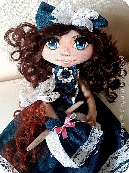 Вот такая текстильная кукла недавно родилась на свет. Волосы - кукольные трессы, ресницы, роспись лица акриловыми красками и пастелью, ручки и ножки двигаются, головка тоже подвижная. Платье длинное - в пол, очень нарядное. В общем, я своей кукольной девочкой вполне довольна) фото 2