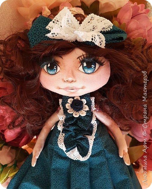 Вот такая текстильная кукла недавно родилась на свет. Волосы - кукольные трессы, ресницы, роспись лица акриловыми красками и пастелью, ручки и ножки двигаются, головка тоже подвижная. Платье длинное - в пол, очень нарядное. В общем, я своей кукольной девочкой вполне довольна) фото 1