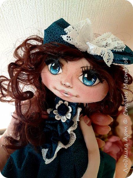 Вот такая текстильная кукла недавно родилась на свет. Волосы - кукольные трессы, ресницы, роспись лица акриловыми красками и пастелью, ручки и ножки двигаются, головка тоже подвижная. Платье длинное - в пол, очень нарядное. В общем, я своей кукольной девочкой вполне довольна) фото 3
