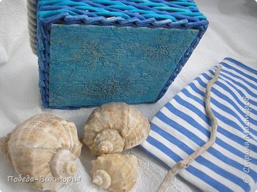 Всем привет!  На ВОЛНЕ позитива начинаю новый месяц лета!  Редко кому из рукодельниц удается обойти стороной морскую тему: будь-то в вышивке, в плетении, декупаже, скрапбукинге... И это не удивительно: приятные воспоминания оставляет море, кто хотя бы раз вдыхал его морской, соленый воздух; кто, сидя на горячем песке, перебирал в руках морские песчинки, пропуская их сквозь пальцы; кто днем с детским азартом строил замки на песке, бегал по кромке берега, убегая от игривых, прохладных волн, а уже вечером слушал морской прибой, обращая свой взор вдаль, за горизонт! Ах, море, море!.. Ты манишь, берешь в плен, не отпускаешь!  Жаркий второй месяц лета открываю плетенками в МОРСКОМ стиле. фото 5