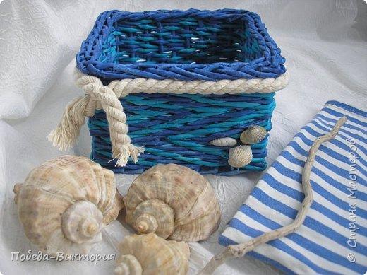 Всем привет!  На ВОЛНЕ позитива начинаю новый месяц лета!  Редко кому из рукодельниц удается обойти стороной морскую тему: будь-то в вышивке, в плетении, декупаже, скрапбукинге... И это не удивительно: приятные воспоминания оставляет море, кто хотя бы раз вдыхал его морской, соленый воздух; кто, сидя на горячем песке, перебирал в руках морские песчинки, пропуская их сквозь пальцы; кто днем с детским азартом строил замки на песке, бегал по кромке берега, убегая от игривых, прохладных волн, а уже вечером слушал морской прибой, обращая свой взор вдаль, за горизонт! Ах, море, море!.. Ты манишь, берешь в плен, не отпускаешь!  Жаркий второй месяц лета открываю плетенками в МОРСКОМ стиле. фото 6
