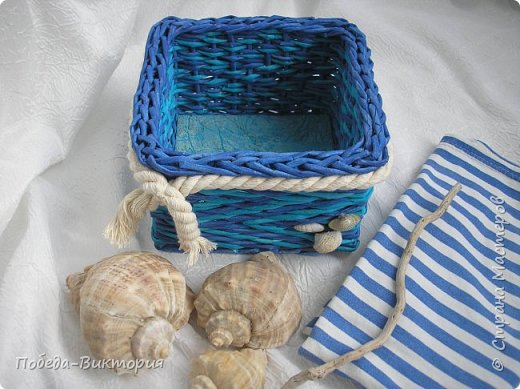 Всем привет!  На ВОЛНЕ позитива начинаю новый месяц лета!  Редко кому из рукодельниц удается обойти стороной морскую тему: будь-то в вышивке, в плетении, декупаже, скрапбукинге... И это не удивительно: приятные воспоминания оставляет море, кто хотя бы раз вдыхал его морской, соленый воздух; кто, сидя на горячем песке, перебирал в руках морские песчинки, пропуская их сквозь пальцы; кто днем с детским азартом строил замки на песке, бегал по кромке берега, убегая от игривых, прохладных волн, а уже вечером слушал морской прибой, обращая свой взор вдаль, за горизонт! Ах, море, море!.. Ты манишь, берешь в плен, не отпускаешь!  Жаркий второй месяц лета открываю плетенками в МОРСКОМ стиле. фото 7