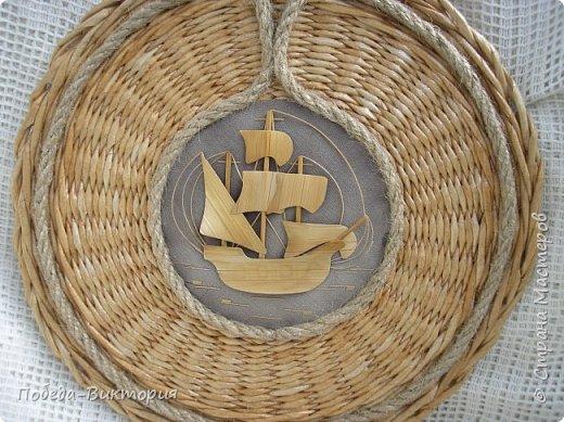 Всем привет!  На ВОЛНЕ позитива начинаю новый месяц лета!  Редко кому из рукодельниц удается обойти стороной морскую тему: будь-то в вышивке, в плетении, декупаже, скрапбукинге... И это не удивительно: приятные воспоминания оставляет море, кто хотя бы раз вдыхал его морской, соленый воздух; кто, сидя на горячем песке, перебирал в руках морские песчинки, пропуская их сквозь пальцы; кто днем с детским азартом строил замки на песке, бегал по кромке берега, убегая от игривых, прохладных волн, а уже вечером слушал морской прибой, обращая свой взор вдаль, за горизонт! Ах, море, море!.. Ты манишь, берешь в плен, не отпускаешь!  Жаркий второй месяц лета открываю плетенками в МОРСКОМ стиле. фото 21
