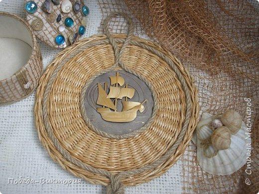 Всем привет!  На ВОЛНЕ позитива начинаю новый месяц лета!  Редко кому из рукодельниц удается обойти стороной морскую тему: будь-то в вышивке, в плетении, декупаже, скрапбукинге... И это не удивительно: приятные воспоминания оставляет море, кто хотя бы раз вдыхал его морской, соленый воздух; кто, сидя на горячем песке, перебирал в руках морские песчинки, пропуская их сквозь пальцы; кто днем с детским азартом строил замки на песке, бегал по кромке берега, убегая от игривых, прохладных волн, а уже вечером слушал морской прибой, обращая свой взор вдаль, за горизонт! Ах, море, море!.. Ты манишь, берешь в плен, не отпускаешь!  Жаркий второй месяц лета открываю плетенками в МОРСКОМ стиле. фото 23