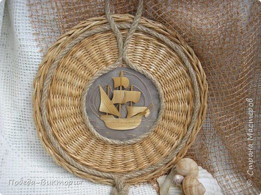 Всем привет!  На ВОЛНЕ позитива начинаю новый месяц лета!  Редко кому из рукодельниц удается обойти стороной морскую тему: будь-то в вышивке, в плетении, декупаже, скрапбукинге... И это не удивительно: приятные воспоминания оставляет море, кто хотя бы раз вдыхал его морской, соленый воздух; кто, сидя на горячем песке, перебирал в руках морские песчинки, пропуская их сквозь пальцы; кто днем с детским азартом строил замки на песке, бегал по кромке берега, убегая от игривых, прохладных волн, а уже вечером слушал морской прибой, обращая свой взор вдаль, за горизонт! Ах, море, море!.. Ты манишь, берешь в плен, не отпускаешь!  Жаркий второй месяц лета открываю плетенками в МОРСКОМ стиле. фото 20