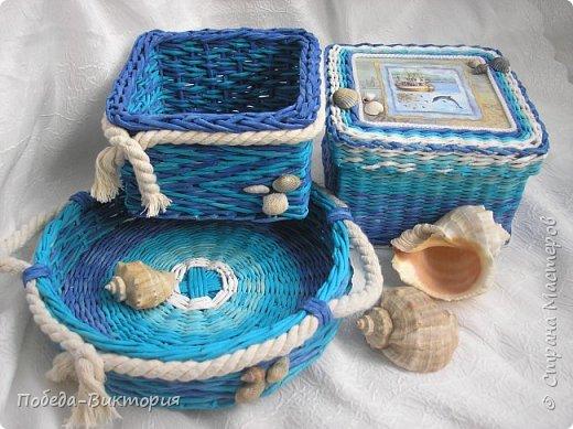 Всем привет!  На ВОЛНЕ позитива начинаю новый месяц лета!  Редко кому из рукодельниц удается обойти стороной морскую тему: будь-то в вышивке, в плетении, декупаже, скрапбукинге... И это не удивительно: приятные воспоминания оставляет море, кто хотя бы раз вдыхал его морской, соленый воздух; кто, сидя на горячем песке, перебирал в руках морские песчинки, пропуская их сквозь пальцы; кто днем с детским азартом строил замки на песке, бегал по кромке берега, убегая от игривых, прохладных волн, а уже вечером слушал морской прибой, обращая свой взор вдаль, за горизонт! Ах, море, море!.. Ты манишь, берешь в плен, не отпускаешь!  Жаркий второй месяц лета открываю плетенками в МОРСКОМ стиле. фото 3