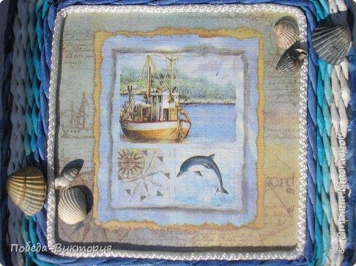 Всем привет!  На ВОЛНЕ позитива начинаю новый месяц лета!  Редко кому из рукодельниц удается обойти стороной морскую тему: будь-то в вышивке, в плетении, декупаже, скрапбукинге... И это не удивительно: приятные воспоминания оставляет море, кто хотя бы раз вдыхал его морской, соленый воздух; кто, сидя на горячем песке, перебирал в руках морские песчинки, пропуская их сквозь пальцы; кто днем с детским азартом строил замки на песке, бегал по кромке берега, убегая от игривых, прохладных волн, а уже вечером слушал морской прибой, обращая свой взор вдаль, за горизонт! Ах, море, море!.. Ты манишь, берешь в плен, не отпускаешь!  Жаркий второй месяц лета открываю плетенками в МОРСКОМ стиле. фото 13