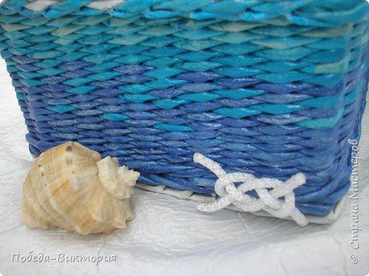 Всем привет!  На ВОЛНЕ позитива начинаю новый месяц лета!  Редко кому из рукодельниц удается обойти стороной морскую тему: будь-то в вышивке, в плетении, декупаже, скрапбукинге... И это не удивительно: приятные воспоминания оставляет море, кто хотя бы раз вдыхал его морской, соленый воздух; кто, сидя на горячем песке, перебирал в руках морские песчинки, пропуская их сквозь пальцы; кто днем с детским азартом строил замки на песке, бегал по кромке берега, убегая от игривых, прохладных волн, а уже вечером слушал морской прибой, обращая свой взор вдаль, за горизонт! Ах, море, море!.. Ты манишь, берешь в плен, не отпускаешь!  Жаркий второй месяц лета открываю плетенками в МОРСКОМ стиле. фото 14