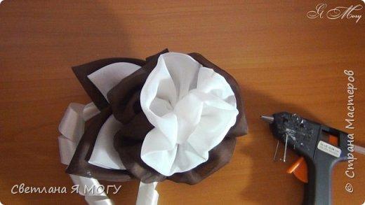 """Всем привет! Сегодня я покажу Вам как сделать своими руками цветок из капрона для украшения ламбрекена. А так же покажу свою идею изготовления спиралек из атласной ленты шириной 2,5см. Для работы потребуется:   - капрон двух цветов (шоколадный и белый);   - лента атласная молочная, ширина 25мм;   - лента атласная черная, ширина 5 см;   - бирочка """"hand made"""";   - основа для броши;   - ножницы;   - зажигалка или свечка и спички;   - нитки и иголка;   - клеевой пистолет. Всем приятного просмотра, надеюсь была Вам полезной)"""