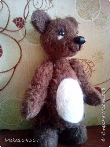 Загорелась я как-то идеей сшить тедди, первый мой медведь (фото далее) получился корявенький, но миленький. И тут бабушка моего мужа отдала мне лоскутки (теперь их мне несут все родственники, друзья и просто знакомые), а в них мааааленький кусочек плюша, подобрала под него выкройку и вот, представляю, мини-Мишка на шплинтах, глазки стеклянные, утяжелен стеклянным гранулятом. фото 3