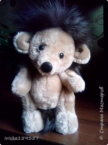 Загорелась я как-то идеей сшить тедди, первый мой медведь (фото далее) получился корявенький, но миленький. И тут бабушка моего мужа отдала мне лоскутки (теперь их мне несут все родственники, друзья и просто знакомые), а в них мааааленький кусочек плюша, подобрала под него выкройку и вот, представляю, мини-Мишка на шплинтах, глазки стеклянные, утяжелен стеклянным гранулятом. фото 9