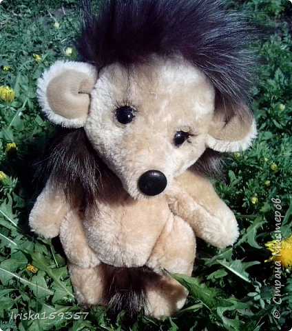Загорелась я как-то идеей сшить тедди, первый мой медведь (фото далее) получился корявенький, но миленький. И тут бабушка моего мужа отдала мне лоскутки (теперь их мне несут все родственники, друзья и просто знакомые), а в них мааааленький кусочек плюша, подобрала под него выкройку и вот, представляю, мини-Мишка на шплинтах, глазки стеклянные, утяжелен стеклянным гранулятом. фото 15