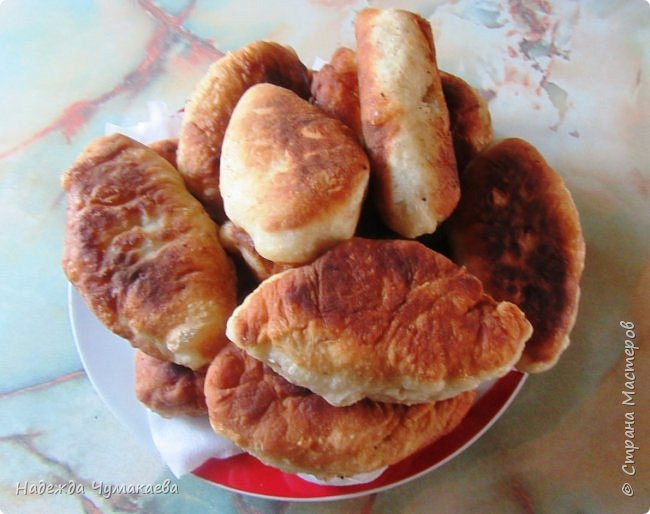 Ели ли вы пирожки с сырой картошкой, жаренные на масле? Уже много лет в нашей семье пирожки с толчёнкой не любит никто, уж очень они пресны, особенно без добавок.  фото 4
