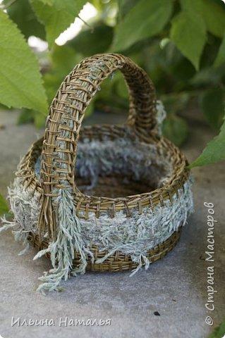 Тема травяных корзиночек для меня не нова, но на этот раз игла все-же победила. Донышко корзиночек - из хвои сосны Крымской, часть боковой стеночки - из иглы, часть - из травы, ручка - из травы и хвои. Очень пахуче и так по-крымски.... фото 1