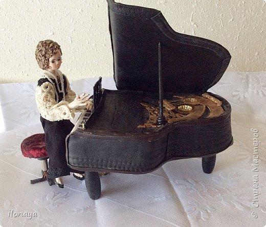 Давно хотела сделать рояль .Выкроила из картонной коробки и обтянула кожей.Получился старый рояль,немножко потертый. фото 4