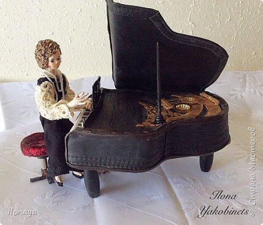 Давно хотела сделать рояль .Выкроила из картонной коробки и обтянула кожей.Получился старый рояль,немножко потертый. фото 1