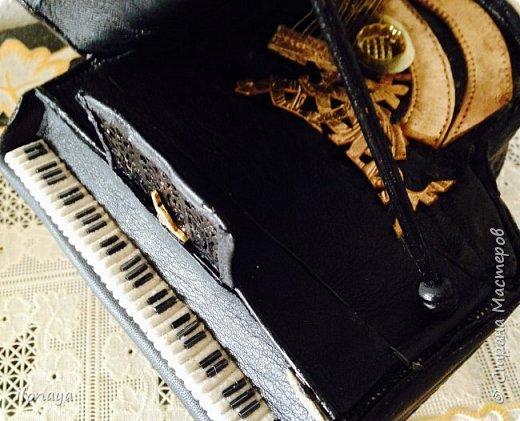 Давно хотела сделать рояль .Выкроила из картонной коробки и обтянула кожей.Получился старый рояль,немножко потертый. фото 7