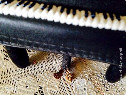 Давно хотела сделать рояль .Выкроила из картонной коробки и обтянула кожей.Получился старый рояль,немножко потертый. фото 8