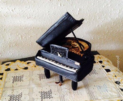 Давно хотела сделать рояль .Выкроила из картонной коробки и обтянула кожей.Получился старый рояль,немножко потертый. фото 2