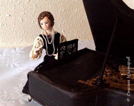 Давно хотела сделать рояль .Выкроила из картонной коробки и обтянула кожей.Получился старый рояль,немножко потертый. фото 5