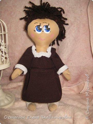 Добрый день, жители страны. Сегодня я с очередной куклой. Сделана она для хорошего человека - классного (от слова КЛАССНЫЙ) руководителя дочери. Учительница ушла в декретный отпуск. Чуть-чуть не успела доучить.  фото 5