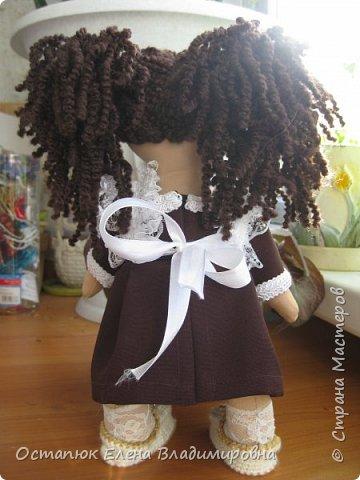 Добрый день, жители страны. Сегодня я с очередной куклой. Сделана она для хорошего человека - классного (от слова КЛАССНЫЙ) руководителя дочери. Учительница ушла в декретный отпуск. Чуть-чуть не успела доучить.  фото 7