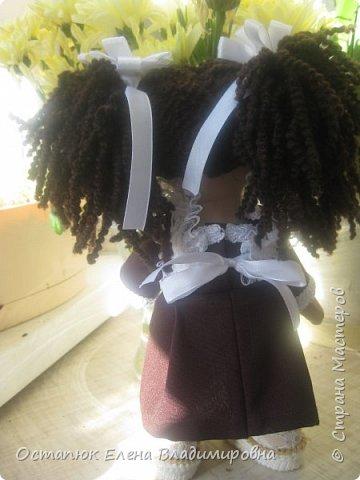 Добрый день, жители страны. Сегодня я с очередной куклой. Сделана она для хорошего человека - классного (от слова КЛАССНЫЙ) руководителя дочери. Учительница ушла в декретный отпуск. Чуть-чуть не успела доучить.  фото 2