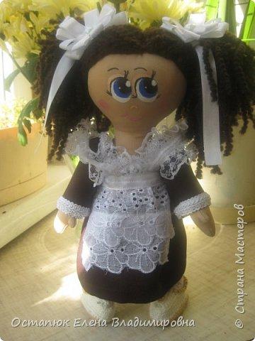 Добрый день, жители страны. Сегодня я с очередной куклой. Сделана она для хорошего человека - классного (от слова КЛАССНЫЙ) руководителя дочери. Учительница ушла в декретный отпуск. Чуть-чуть не успела доучить.  фото 1
