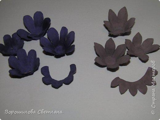 Я очень люблю суккуленты,поэтому попыталась цветы сделать похожими на них,насколько получилось судить вам) Понадобится:яичные лотки,ножницы,горячий клей,гуашь,кисточка. фото 5