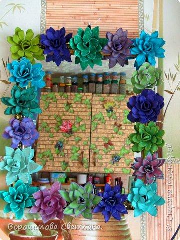 Я очень люблю суккуленты,поэтому попыталась цветы сделать похожими на них,насколько получилось судить вам) Понадобится:яичные лотки,ножницы,горячий клей,гуашь,кисточка. фото 9
