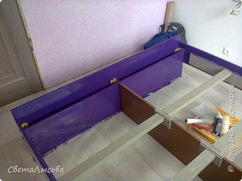 Если ваша кровать не вписывается в новый интерьер НЕ ОТЧАИВАЙТЕСЬ! Ее всегда можно перекрасить! А если результат не понравится, то купите новую))) Была обычная кровать коричневого цвета, а комната предполагалась в бело-сиреневых оттенках. Красим кровать в цвет будущих трещинок - это темно-фиолетовый. Далее лак, который долго сохнет (у моего время сушки было 36 часов). Через три часа после нанесения лака красим белой ВД краской и греем строительным феном до появления трещин. Не переусердствуйте, чтобы старое покрытие тоже не слезло))) Берем сиреневую краску и оформляем как нам хочется. финишное покрытие лаком акриловым, который не дает желтизны (нам все-таки нужен белый оттенок на кровати, а не желтый). Вуаля! Кровать готова!  фото 2