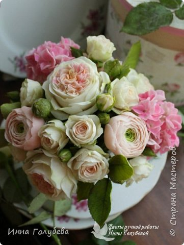 Нежный,воздушный букет из холодного фарфора в стиле шебби- шик. В составе композиции: английские розы,ранункулюсы,кустовые розы,гортензия. Диаметр- 18-19 см,высота- 16 см. Выполнен на заказ.  фото 12