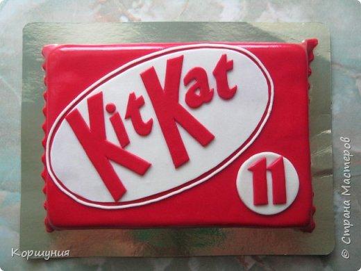 Всем привет.Показываю мой торт(бисквит),может кому-нибудь понравится и пригодится идея оформления.Для украшения торта использовала мастику на сгущенке. фото 1