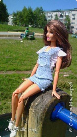 Здравствуй, Страна Мастеров! Недавно у меня появилась новая кукла, которую я назвала Диана. Решив, что ей нужен новый наряд, я сшила для неё джинсовый сарафан и белую трикотажную футболку. На следующий день мы отправились на фотосессию на улицу. На этом фото Диана у розовых цветов. фото 9