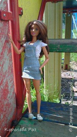 Здравствуй, Страна Мастеров! Недавно у меня появилась новая кукла, которую я назвала Диана. Решив, что ей нужен новый наряд, я сшила для неё джинсовый сарафан и белую трикотажную футболку. На следующий день мы отправились на фотосессию на улицу. На этом фото Диана у розовых цветов. фото 11