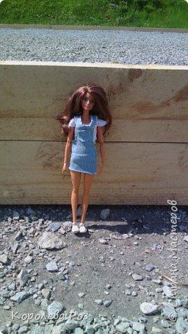 Здравствуй, Страна Мастеров! Недавно у меня появилась новая кукла, которую я назвала Диана. Решив, что ей нужен новый наряд, я сшила для неё джинсовый сарафан и белую трикотажную футболку. На следующий день мы отправились на фотосессию на улицу. На этом фото Диана у розовых цветов. фото 12
