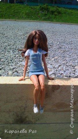 Здравствуй, Страна Мастеров! Недавно у меня появилась новая кукла, которую я назвала Диана. Решив, что ей нужен новый наряд, я сшила для неё джинсовый сарафан и белую трикотажную футболку. На следующий день мы отправились на фотосессию на улицу. На этом фото Диана у розовых цветов. фото 8