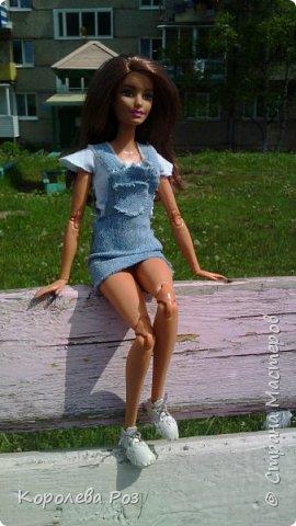 Здравствуй, Страна Мастеров! Недавно у меня появилась новая кукла, которую я назвала Диана. Решив, что ей нужен новый наряд, я сшила для неё джинсовый сарафан и белую трикотажную футболку. На следующий день мы отправились на фотосессию на улицу. На этом фото Диана у розовых цветов. фото 6