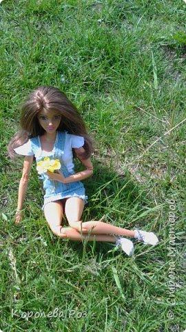 Здравствуй, Страна Мастеров! Недавно у меня появилась новая кукла, которую я назвала Диана. Решив, что ей нужен новый наряд, я сшила для неё джинсовый сарафан и белую трикотажную футболку. На следующий день мы отправились на фотосессию на улицу. На этом фото Диана у розовых цветов. фото 4