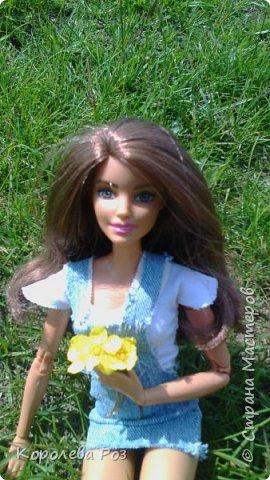 Здравствуй, Страна Мастеров! Недавно у меня появилась новая кукла, которую я назвала Диана. Решив, что ей нужен новый наряд, я сшила для неё джинсовый сарафан и белую трикотажную футболку. На следующий день мы отправились на фотосессию на улицу. На этом фото Диана у розовых цветов. фото 5