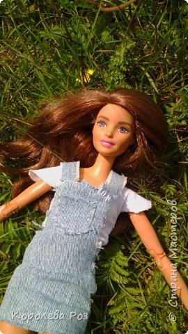 Здравствуй, Страна Мастеров! Недавно у меня появилась новая кукла, которую я назвала Диана. Решив, что ей нужен новый наряд, я сшила для неё джинсовый сарафан и белую трикотажную футболку. На следующий день мы отправились на фотосессию на улицу. На этом фото Диана у розовых цветов. фото 7