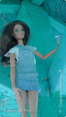 Здравствуй, Страна Мастеров! Недавно у меня появилась новая кукла, которую я назвала Диана. Решив, что ей нужен новый наряд, я сшила для неё джинсовый сарафан и белую трикотажную футболку. На следующий день мы отправились на фотосессию на улицу. На этом фото Диана у розовых цветов. фото 10