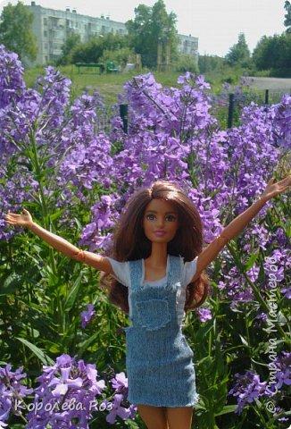 Здравствуй, Страна Мастеров! Недавно у меня появилась новая кукла, которую я назвала Диана. Решив, что ей нужен новый наряд, я сшила для неё джинсовый сарафан и белую трикотажную футболку. На следующий день мы отправились на фотосессию на улицу. На этом фото Диана у розовых цветов. фото 3