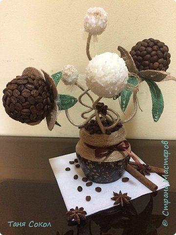 Этот кофейный букет для всех любителей кофе! Выполнен из кофейных зерен, кокосовой стружки, джута (джутовая филигрань) и салфетки (декупаж) фото 1