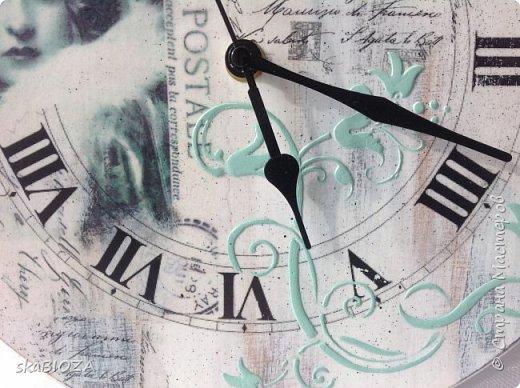 Здравствуйте, уважаемые жители Страны!  Продолжаю создавать часы. Что поделать, нравится мне это занятие. Мною планировались ретро-часики с милыми изображениями женщин на слегка состаренном фоне. Первые часики, а именно их декор, получились таковыми из-за моей ошибки: я полагала, что распечатка у меня лазерная, а она оказалась струйной с водными чернилами. После наклеивания распечатка слегка изменила цвет, придав голубовато-бирюзовый оттенок милому лицу. А поскольку отдирать приклеенное изображение мне не захотелось, я решила, что в этом есть своеобразная изюминка: ведь есть же ретро-фото в сепии, почему же не быть фотографии в бирюзе? Поэтому рельеф через трафарет был сделан тонированной в бирюзу шпаклевкой. А далее - циферблат, текстовые фрагменты и узоры выполнены в технике переноса изображения лицом в лак. Лёгкий набрызг и потёртости. Матовый лак и на финише - обработка натуральным пчелиным воском, который придал поверхности приятную шелковистость. фото 4