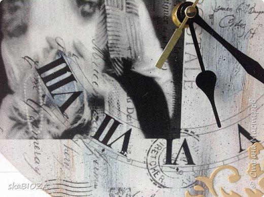 Здравствуйте, уважаемые жители Страны!  Продолжаю создавать часы. Что поделать, нравится мне это занятие. Мною планировались ретро-часики с милыми изображениями женщин на слегка состаренном фоне. Первые часики, а именно их декор, получились таковыми из-за моей ошибки: я полагала, что распечатка у меня лазерная, а она оказалась струйной с водными чернилами. После наклеивания распечатка слегка изменила цвет, придав голубовато-бирюзовый оттенок милому лицу. А поскольку отдирать приклеенное изображение мне не захотелось, я решила, что в этом есть своеобразная изюминка: ведь есть же ретро-фото в сепии, почему же не быть фотографии в бирюзе? Поэтому рельеф через трафарет был сделан тонированной в бирюзу шпаклевкой. А далее - циферблат, текстовые фрагменты и узоры выполнены в технике переноса изображения лицом в лак. Лёгкий набрызг и потёртости. Матовый лак и на финише - обработка натуральным пчелиным воском, который придал поверхности приятную шелковистость. фото 11